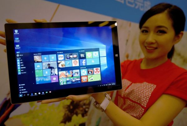 Девушка и планшет с Windows